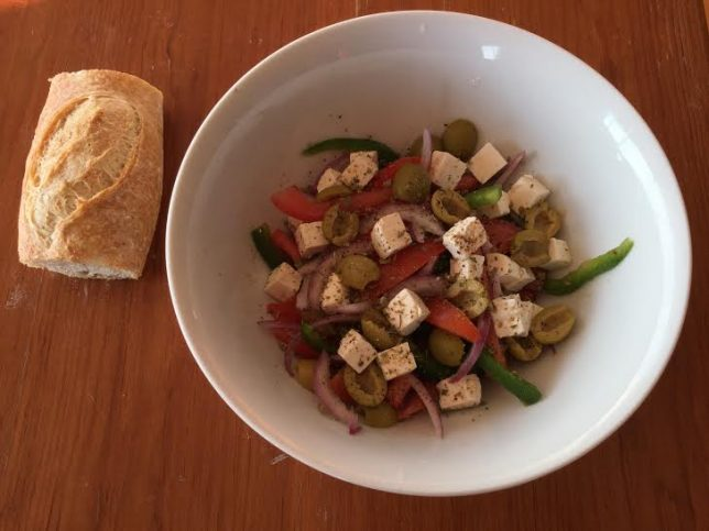 ensalada griega con pan